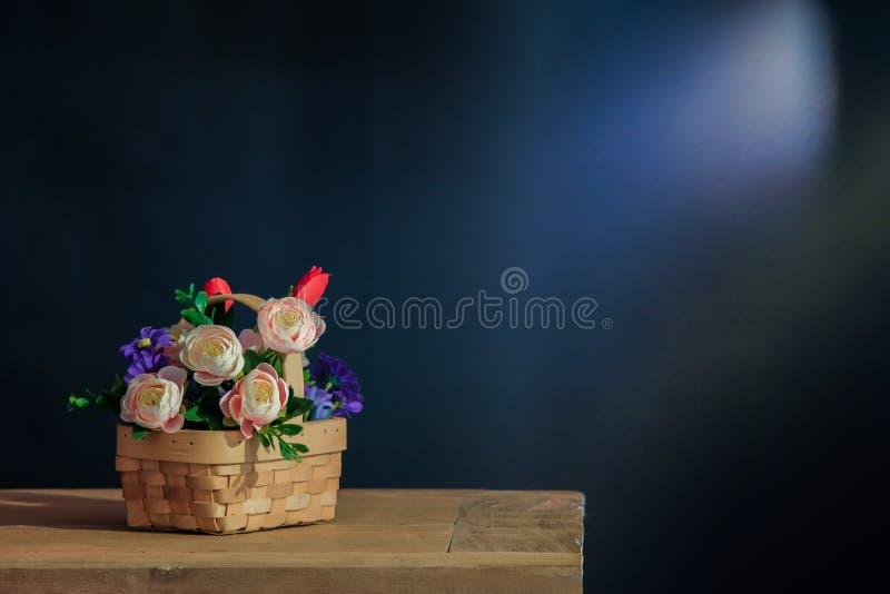 与桃红色玫瑰的静物画在篮子 免版税库存照片
