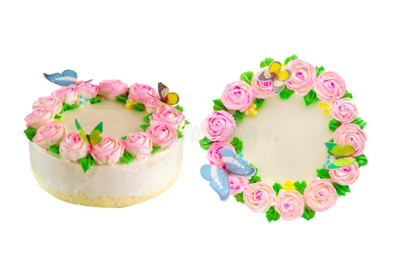 与桃红色玫瑰的黄油奶油色池塘蛋糕,绿色事假和蝴蝶装饰隔绝 免版税图库摄影