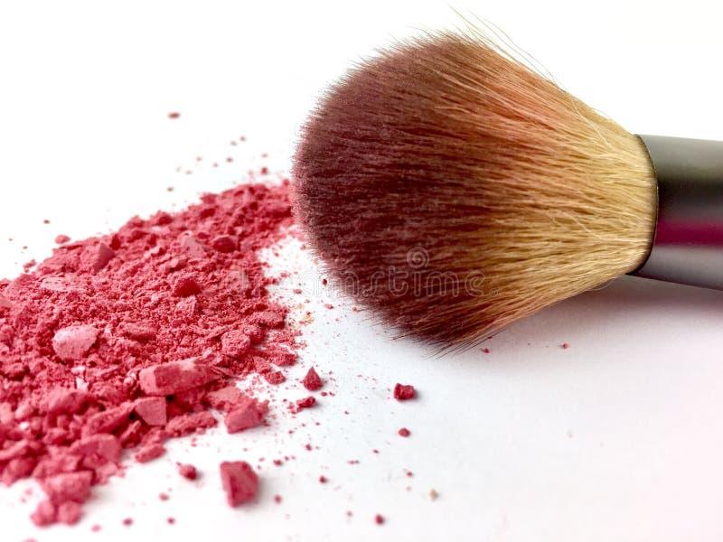 与桃红色的构成刷子脸红在白色背景的粉末 库存照片