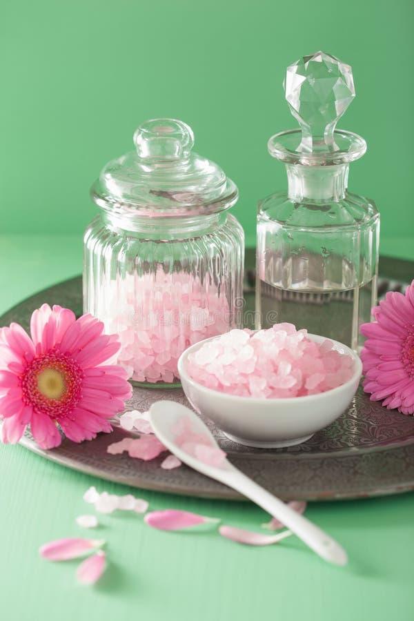 与桃红色盐大丁草花的温泉芳香疗法 库存图片