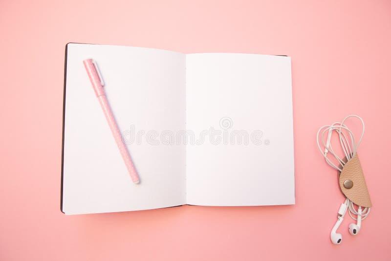 与桃红色笔的被打开的空的日志在淡色千福年的桃红色纸背景 教育的概念,写博克 顶视图 平的位置 图库摄影