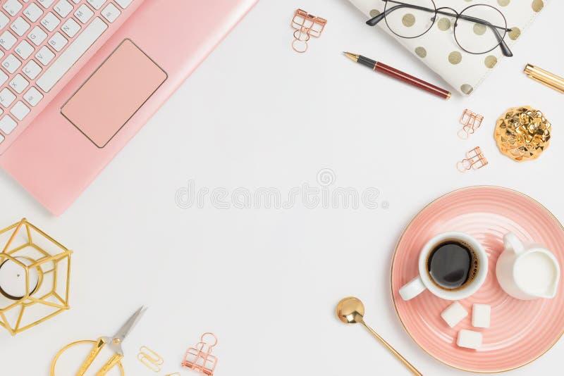 与桃红色膝上型计算机、咖啡、牛奶持有人、计划者、玻璃和其他辅助部件的时髦的flatlay框架安排 免版税库存图片