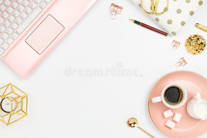 与桃红色膝上型计算机、咖啡、牛奶持有人、计划者、玻璃和其他辅助部件的时髦的flatlay框架安排 库存照片
