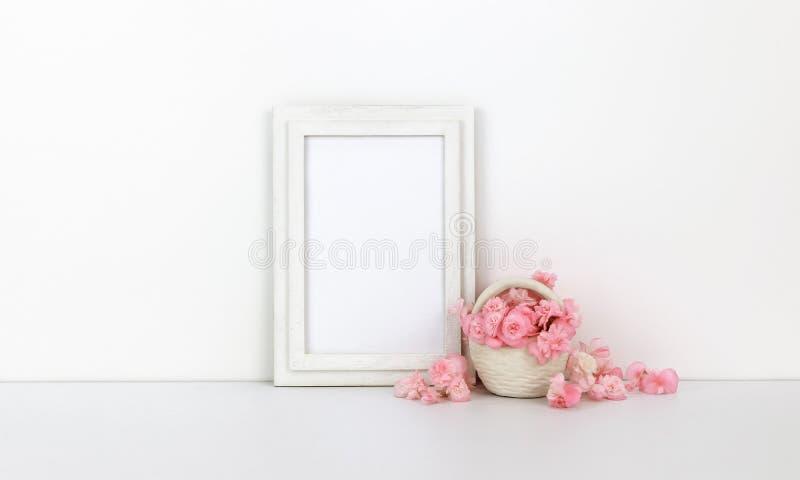与桃红色花的垂直的木制框架大模型,篮子 库存图片