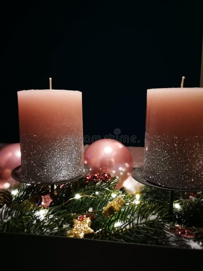 与桃红色蜡烛和圣诞节泡影的出现花圈 图库摄影
