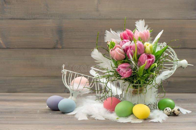 与桃红色郁金香花的复活节装饰 免版税图库摄影
