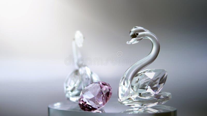 与桃红色金刚石的水晶玻璃天鹅 库存照片