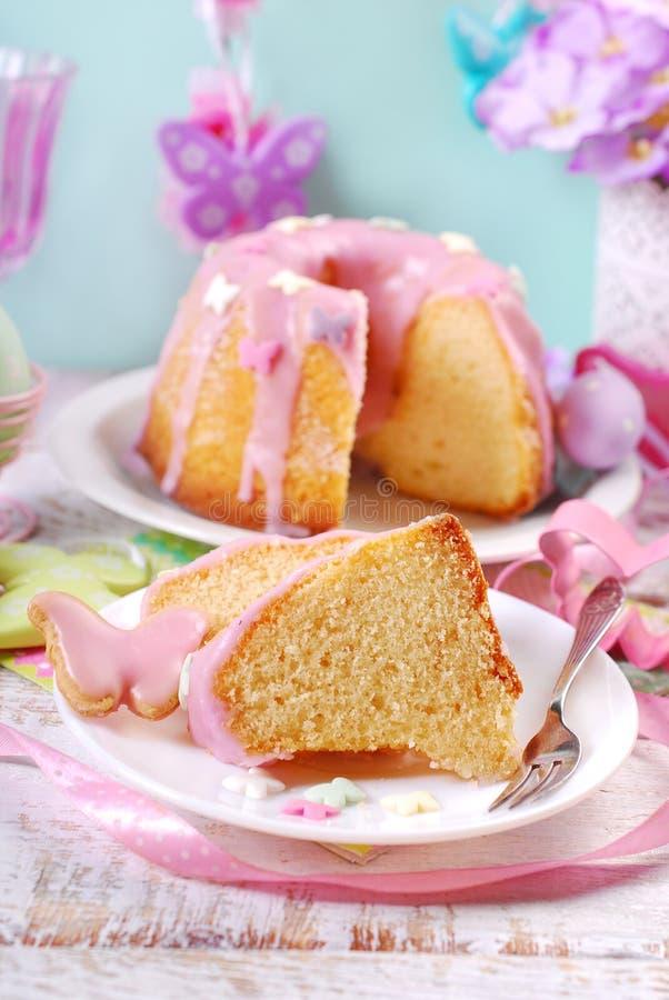 与桃红色结冰的部分被切的复活节圆环蛋糕 免版税库存照片
