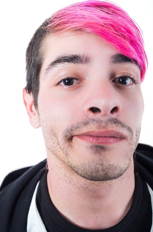 与桃红色头发的特写西班牙年轻成人和 免版税库存图片
