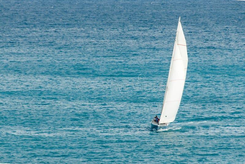 与桅顶大三角帆II的航行Sloop 免版税库存图片