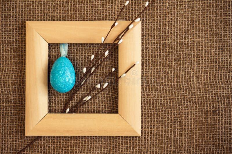与框架、杨柳和鸡蛋的复活节背景 乡村模式 免版税库存图片