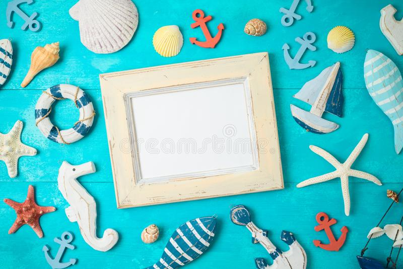 与框架的夏天背景和在木桌上的船舶装饰 免版税库存图片