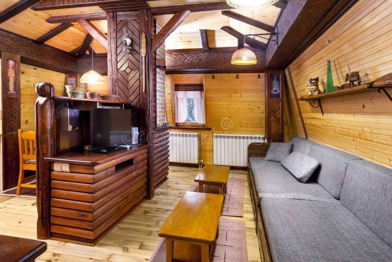 与桌和装置-山区度假村的传统木内部 免版税库存图片