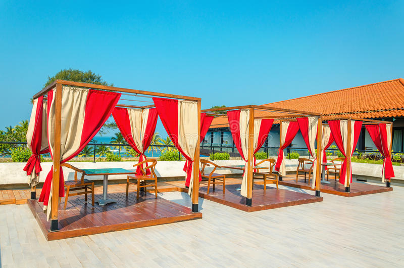 与桌的荫径和椅子在餐馆 免版税库存图片