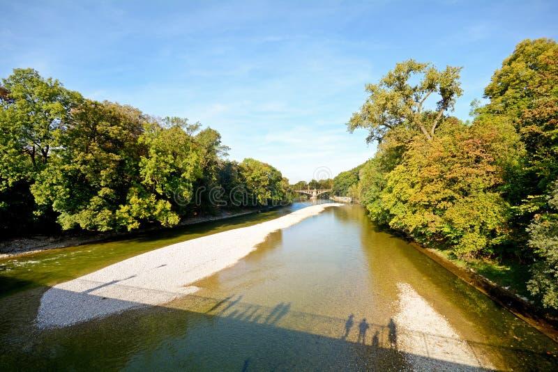 与桥梁的河沿横跨伊萨尔河河在慕尼黑,巴伐利亚德国 免版税库存图片