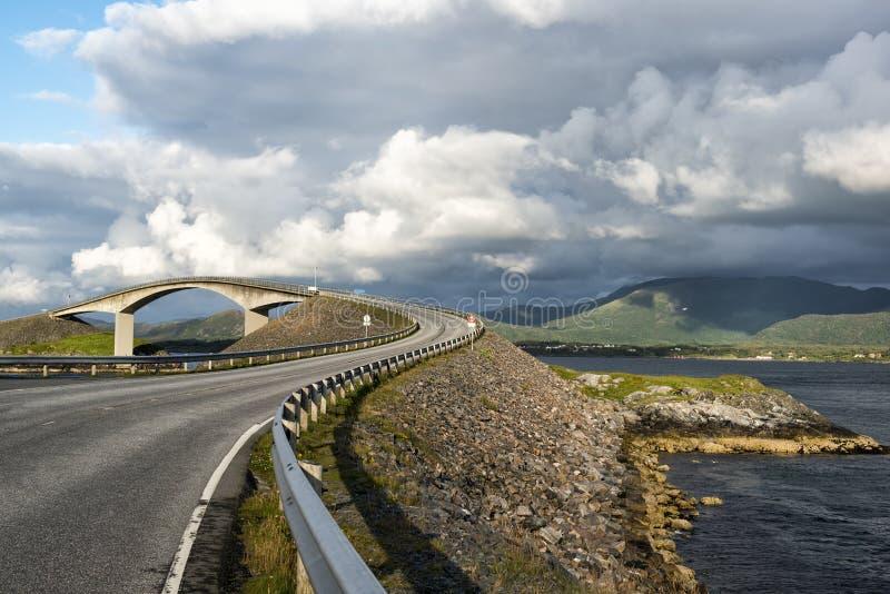 与桥梁的美丽如画的海风景在大西洋路, Atlanterhavsvege,挪威 免版税库存照片