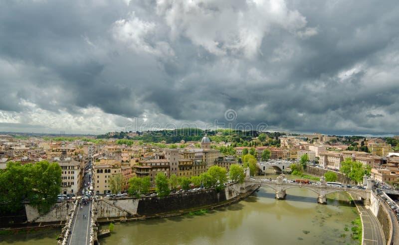 与桥梁的Hight视图罗马在河台伯河 库存照片