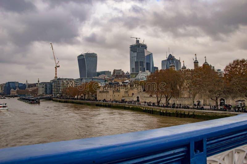 与桥梁篱芭的伦敦泰晤士地平线 免版税库存图片