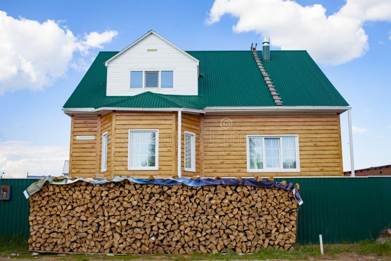 与桦树木头的柴堆在房子的背景 木柴的准备为冬天 熔炉热化 库存照片