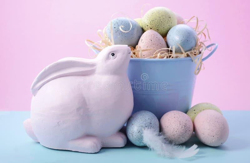 与桶的复活节兔子鸡蛋 免版税库存图片