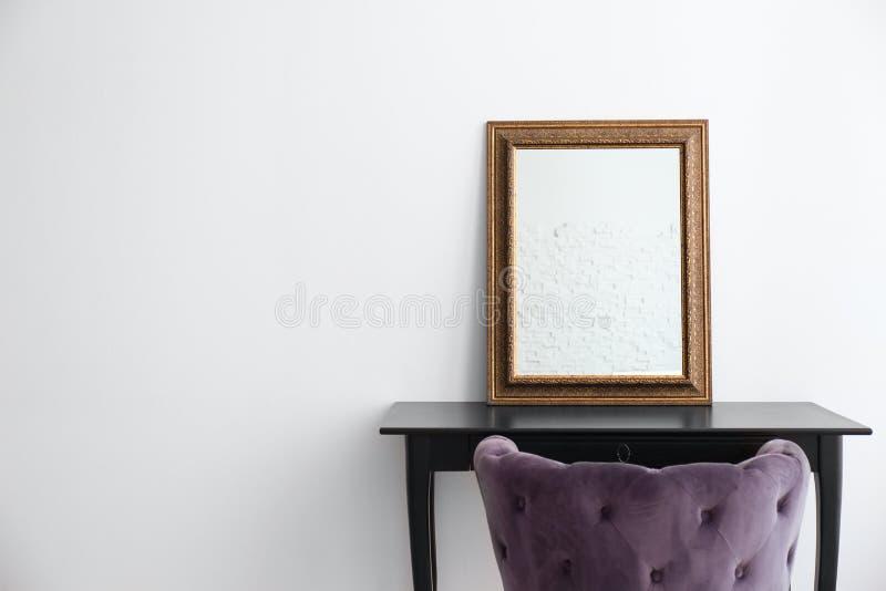 与梳妆台的现代构成室内部 图库摄影