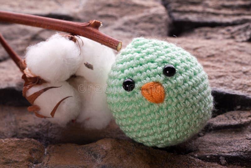 与棉树的小鸡填充动物玩偶 免版税图库摄影