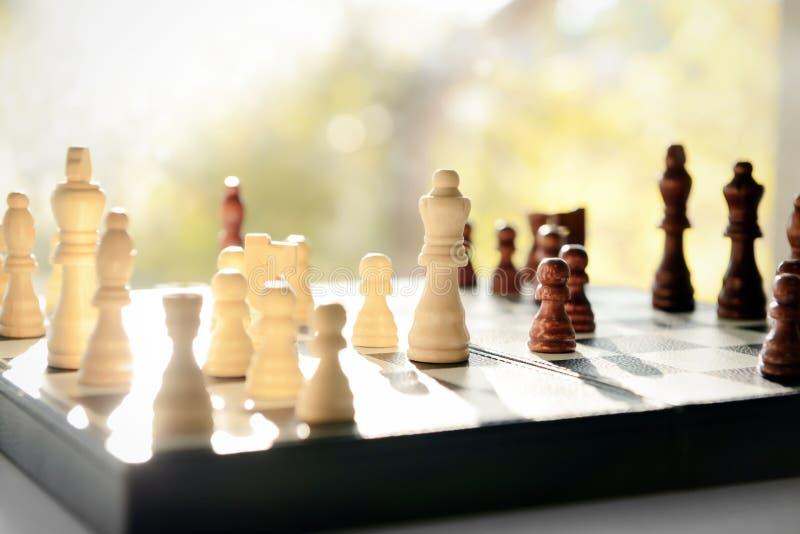 与棋子的比赛板在窗台 库存图片