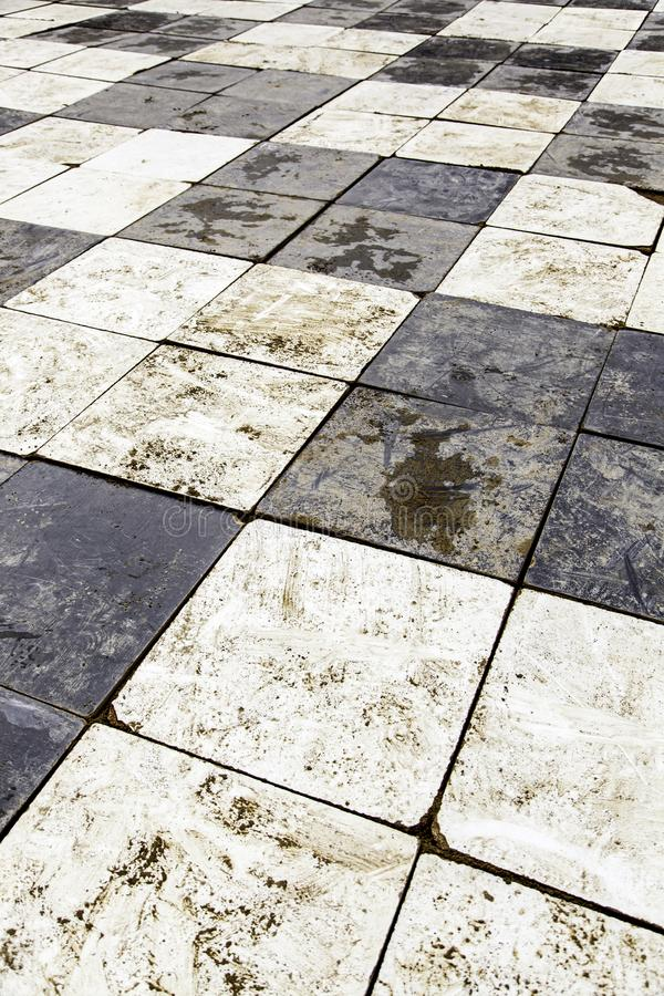 与棋正方形的老地板 免版税库存图片