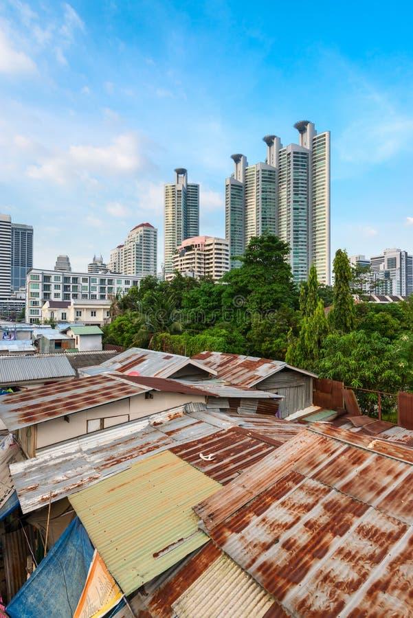 与棚子和摩天大楼的现代亚洲城市龃龉 图库摄影