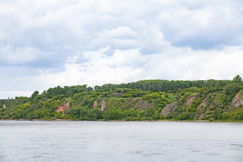 Download 与森林,从河的风景看法的小山 库存照片. 图片 包括有 自然, 展望期, 通配, 田园诗, 干净, 背包 - 72352644