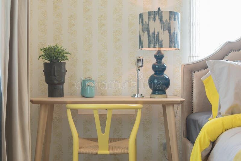 与椅子和书桌的运作的角落 免版税库存照片
