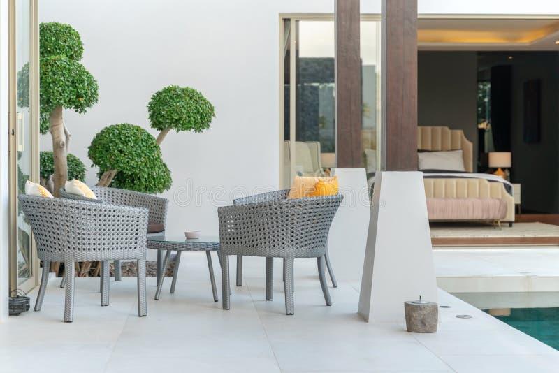 与椅子和桌的外部设计在手段 免版税图库摄影