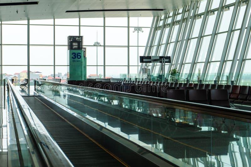 与椅子的空的机场终端等候室 免版税库存照片