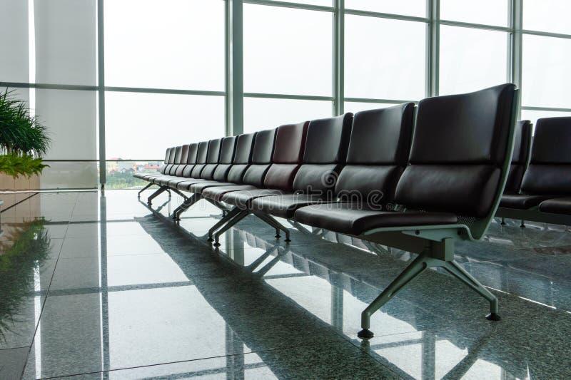 与椅子的空的机场终端等候室 库存照片