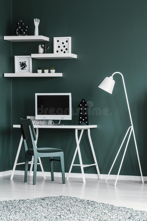 与椅子的简单的家庭办公室内部,书桌,有em的计算机 库存图片