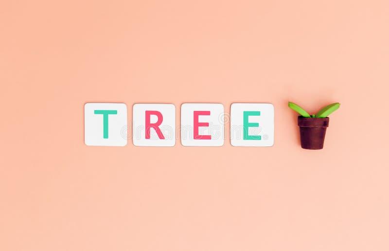 与植物树的保存树信件为生态和地球日概念 免版税图库摄影