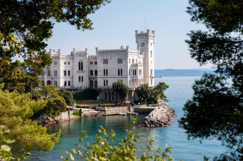 与植被框架的Miramare城堡 免版税库存照片