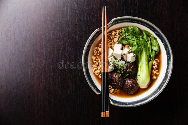与椎茸、豆腐和朴崔的味噌拉面亚洲面条 图库摄影