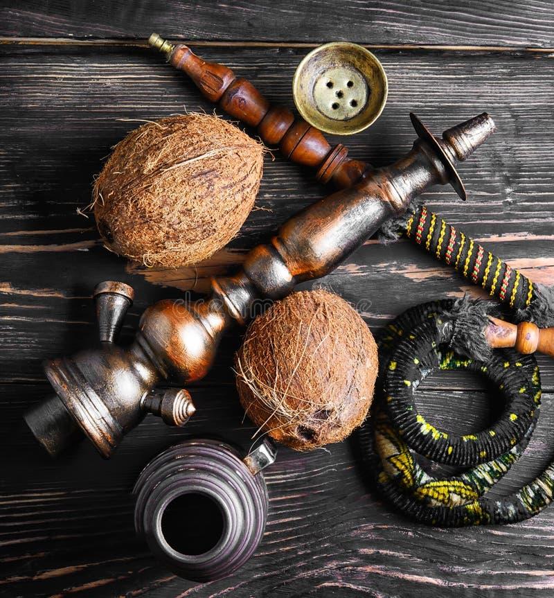 与椰子味道的水烟筒 免版税库存图片