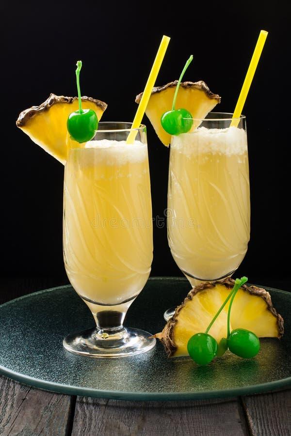 与椰子奶油的刷新的菠萝鸡尾酒 免版税图库摄影