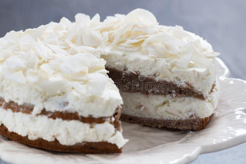 与椰子奶油的巧克力蛋糕在裁减 免版税库存图片