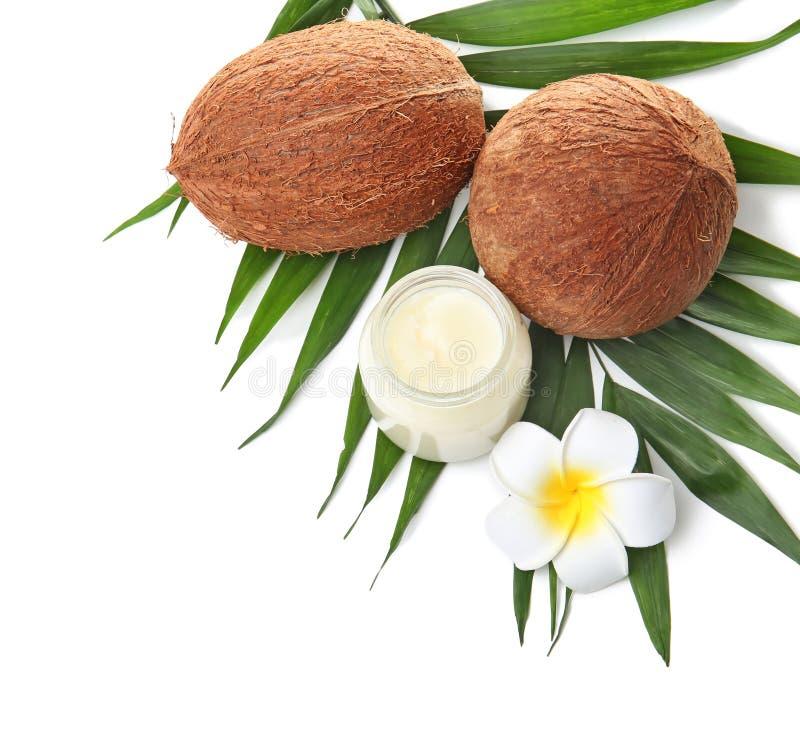 与椰子油和坚果的美好的构成 免版税库存照片
