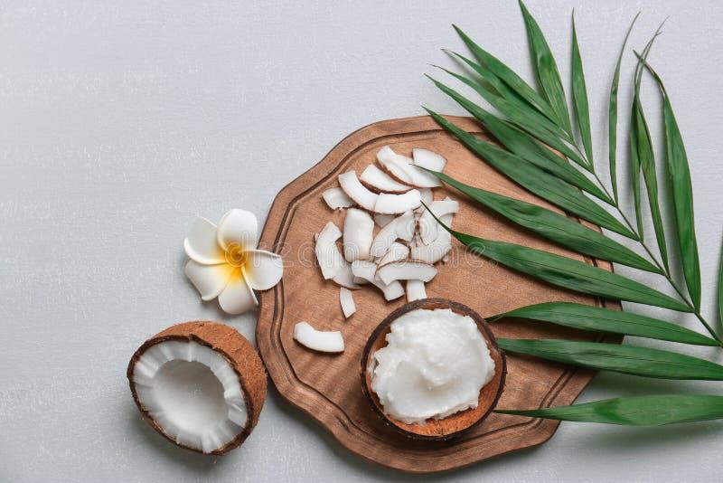 与椰子油和坚果的美好的构成 免版税图库摄影