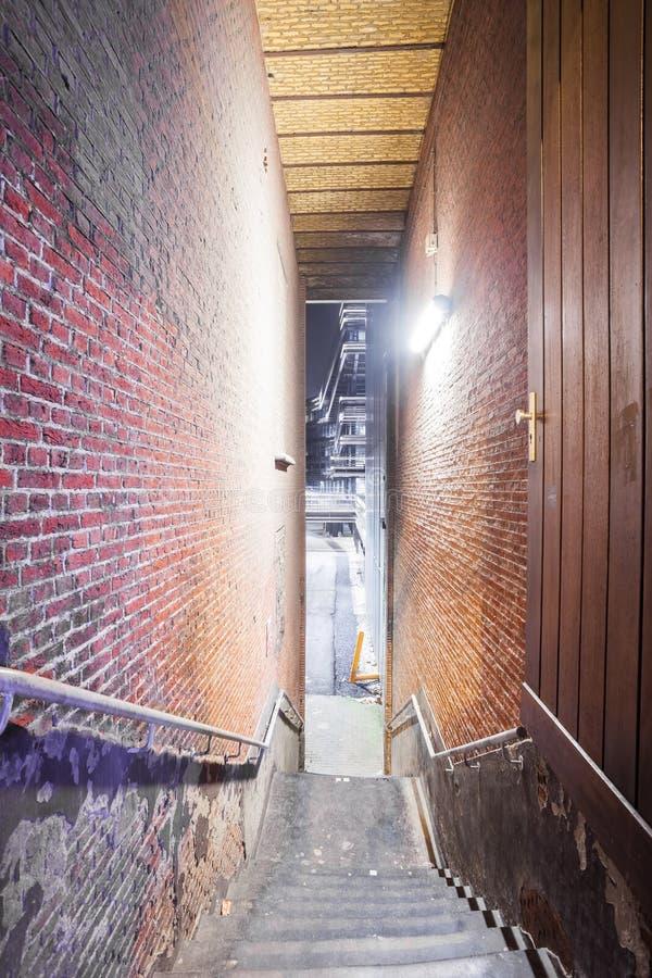 与楼梯的段落 免版税库存照片
