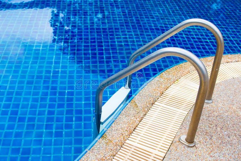 与楼梯的蓝色游泳池 免版税图库摄影