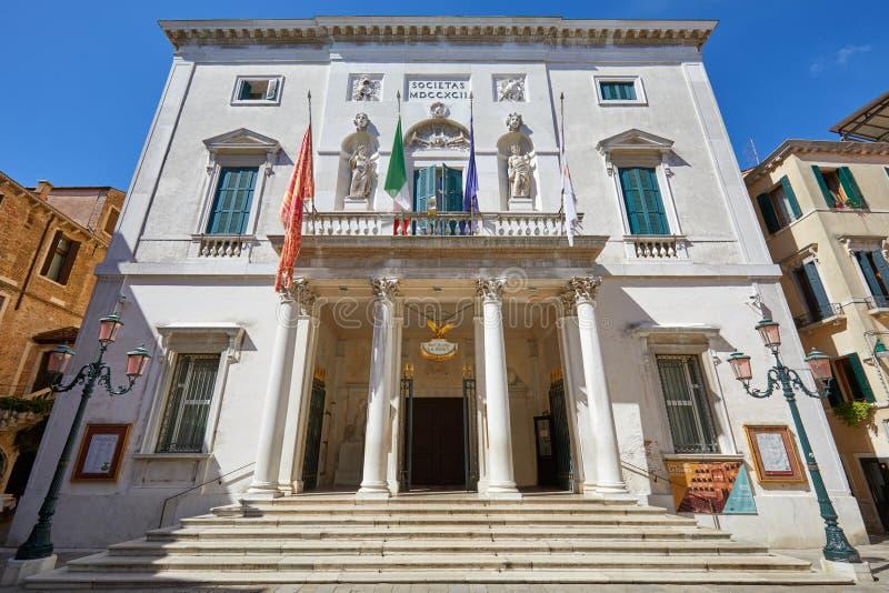 与楼梯的Teatro威尼斯凤凰剧院大厦在一个晴朗的夏日在威尼斯,意大利 免版税库存图片