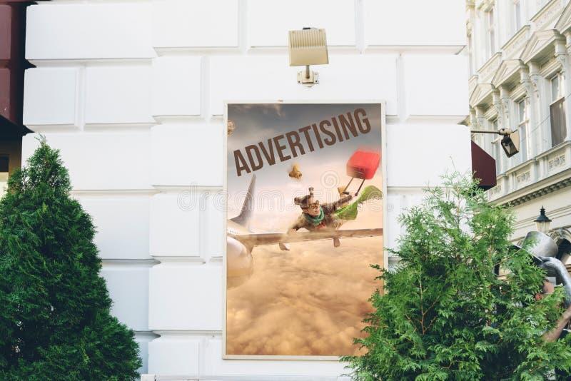 与概念性旅行广告的广告牌  在城市街道 免版税库存图片