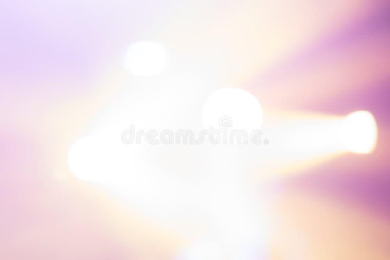 与模糊的光的黄色颜色的粉红紫色背景的 免版税库存图片