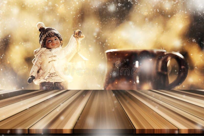与模糊的小男孩圣诞节玩具装饰w的空的桌面 库存图片