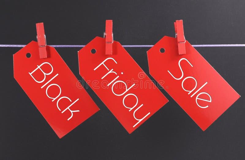 与横跨红色票销售被写的消息的黑星期五购物销售概念标记 库存照片